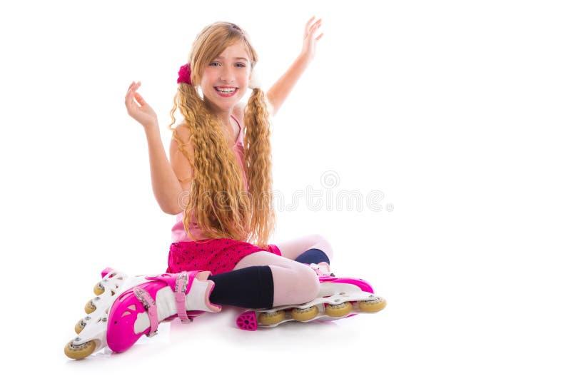 Assento louro da menina do patim de rolo das tranças feliz fotografia de stock royalty free