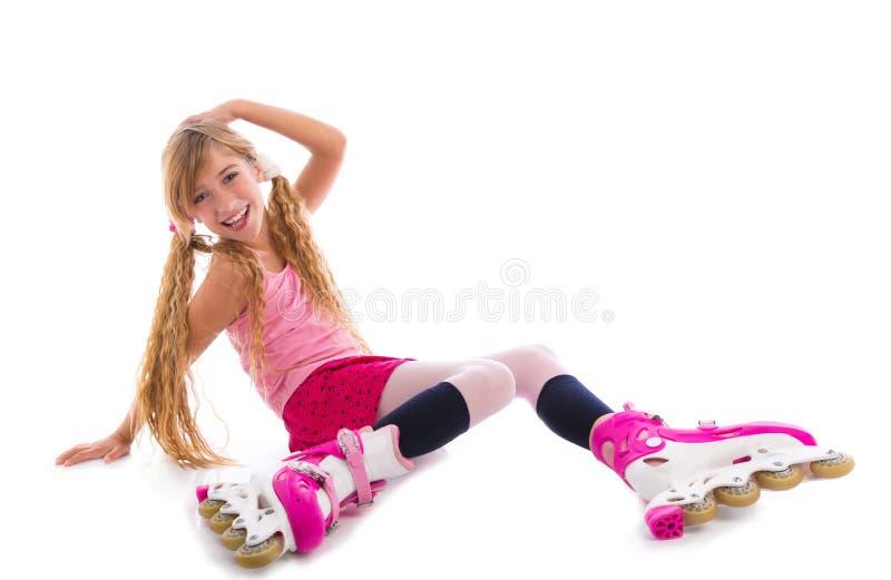 Assento louro da menina do patim de rolo das tranças feliz imagem de stock
