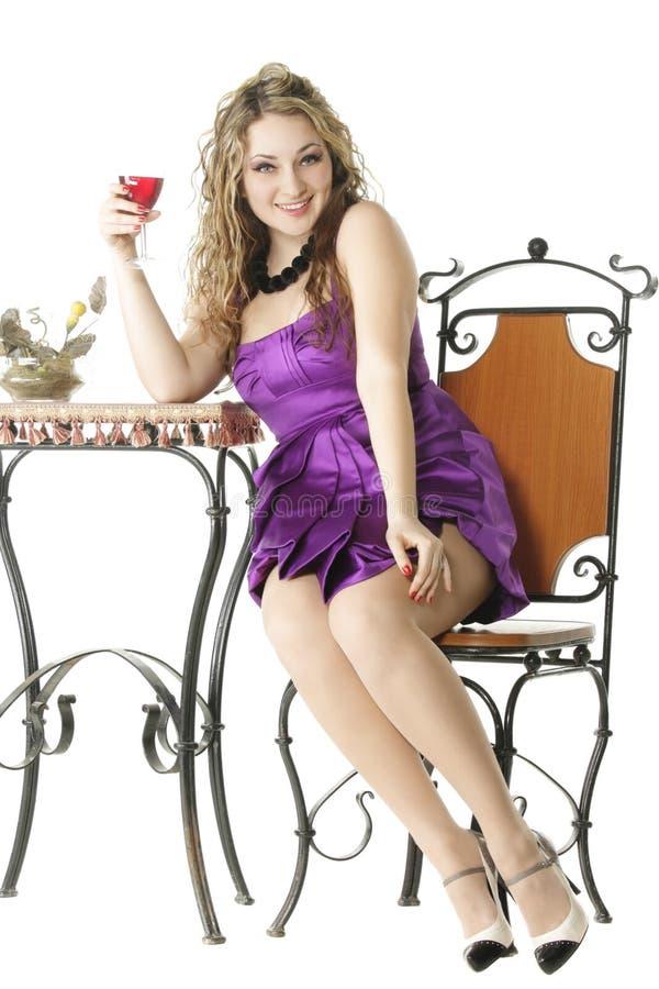 Assento na tabela com vidro do vinho fotografia de stock