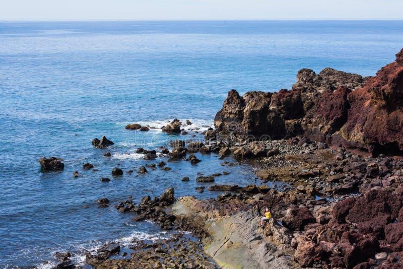 Assento nas rochas imagens de stock