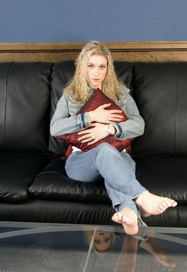 Assento no sofá imagens de stock royalty free
