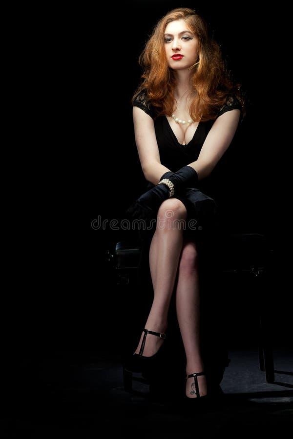 Assento noir do filme da mulher fotos de stock