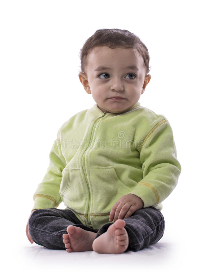 Bebê bonito que senta-se sobre o branco imagens de stock royalty free