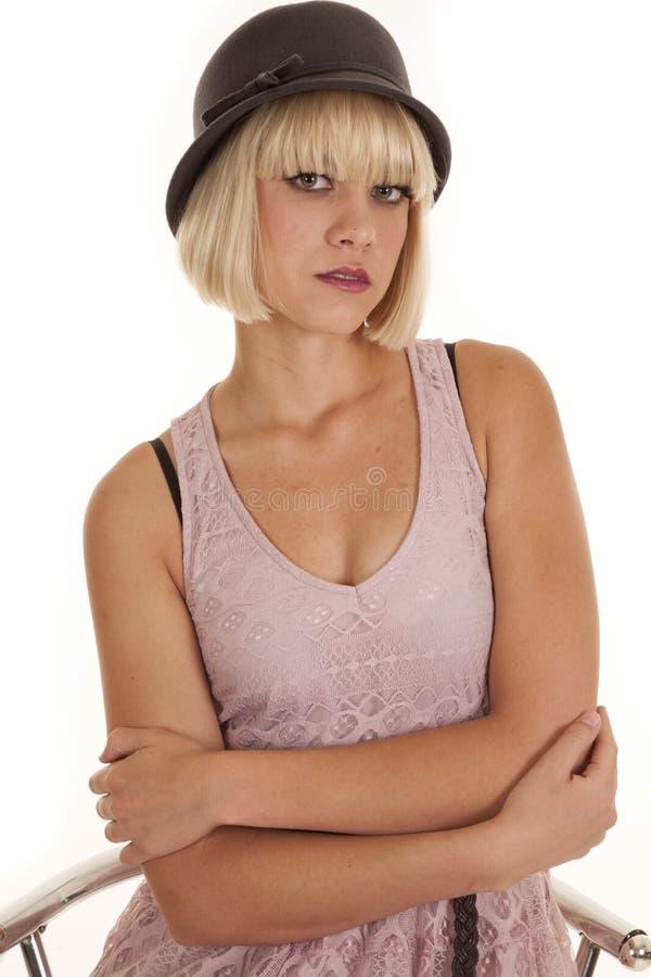 Assento roxo do chapéu de vestido da mulher sério imagens de stock