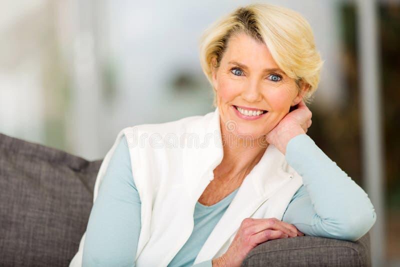 Assento sênior da mulher fotografia de stock royalty free