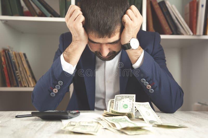 Assento triste do homem imagens de stock royalty free