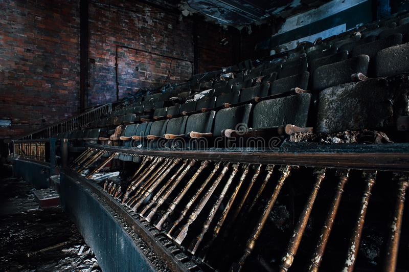Assentos arruinados - teatro abandonado de Paramount - Youngstown, Ohio fotografia de stock