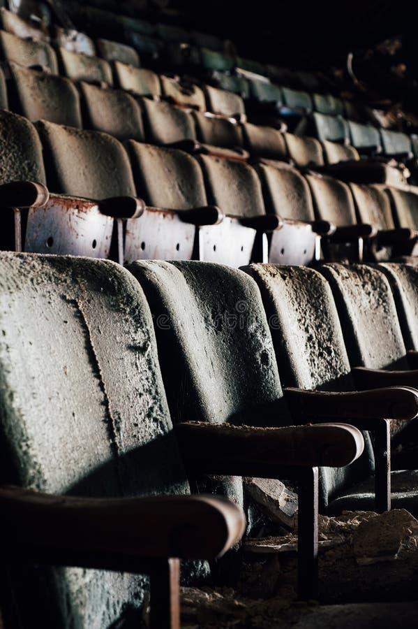 Assentos arruinados - teatro abandonado de Paramount - Youngstown, Ohio foto de stock royalty free