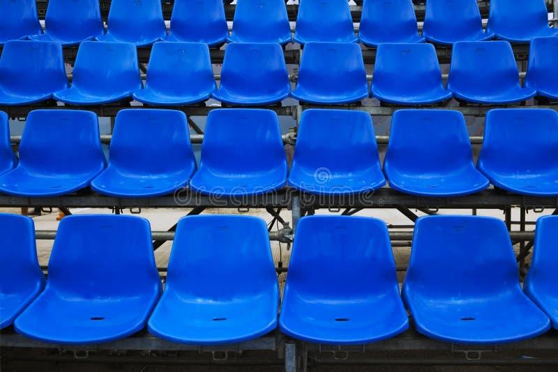 Assentos azuis do estádio. fotos de stock royalty free
