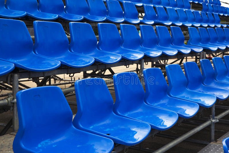 Assentos azuis do estádio. foto de stock