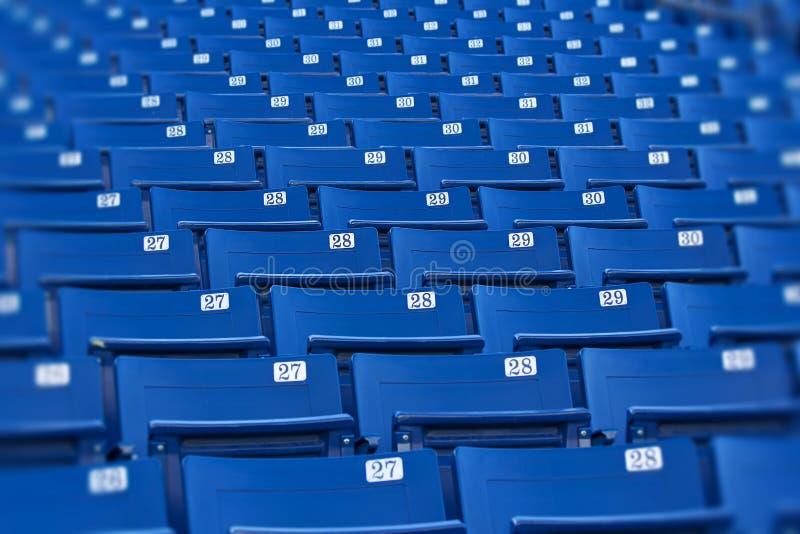 Assentos azuis do estádio (foco seletivo) foto de stock