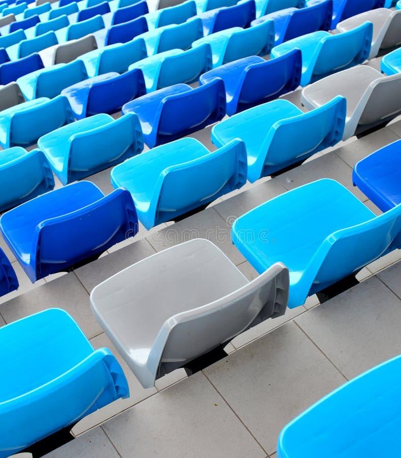 Assentos azuis no estádio fotos de stock