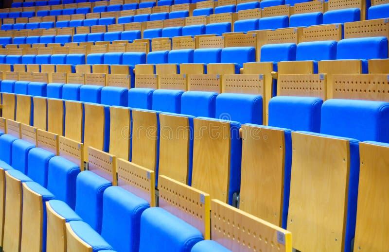 Assentos azuis vazios no salão foto de stock