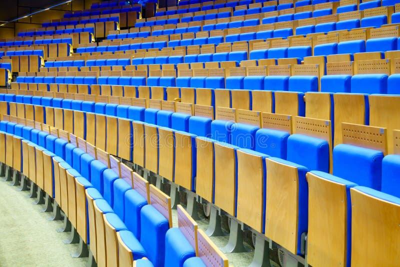 Assentos azuis vazios no salão imagens de stock royalty free