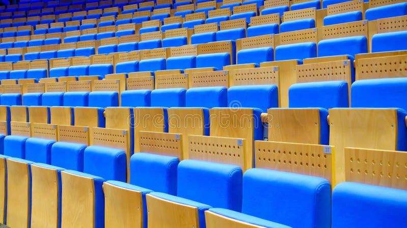 Assentos azuis vazios no salão imagem de stock