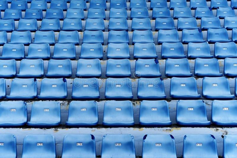 Assentos coloridos azuis vazios do estádio imagem de stock royalty free