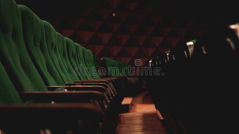 Assentos de assentamento retros da audiência dos filmes do teatro do cinema do vintage, verde, ninguém fotografia de stock royalty free