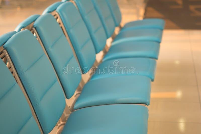 Assentos de banco para o viajante ou o turista no corredor na área de espera do aeroporto imagens de stock royalty free