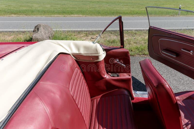 Assentos de couro no cabriolet nostálgico imagem de stock
