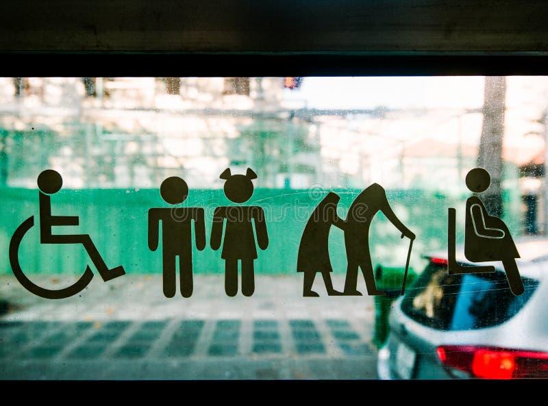 Assentos de prioridade para povos com inabilidades, crianças, as pessoas idosas, povos com crianças e mulheres gravidas imagens de stock