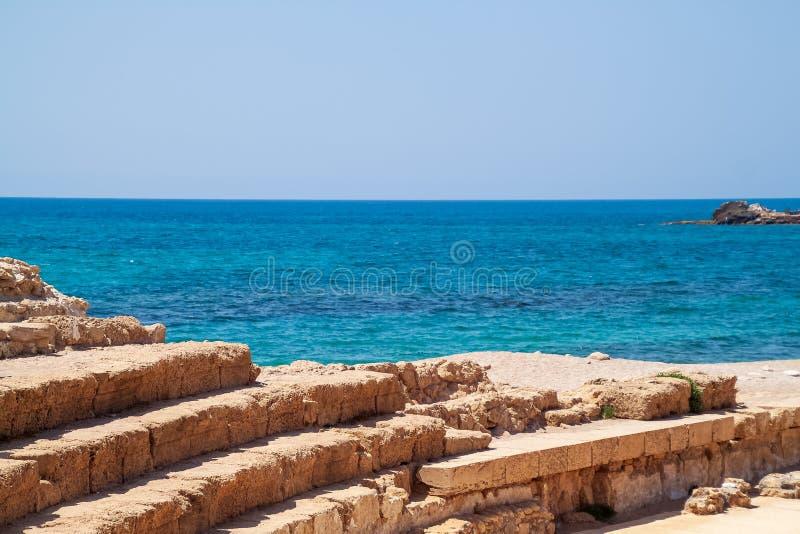 Assentos de teatro ao lado do mar Mediterrâneo na cidade de Caesarea Maratima, do Rei Herodes fotografia de stock