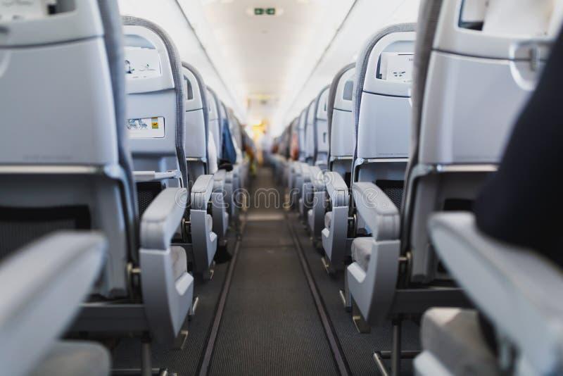 Assentos do passageiro e corredor da linha aérea na cabine do avião imagens de stock royalty free