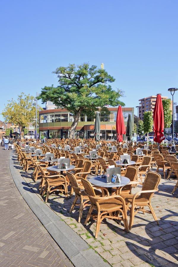 Assentos do Rattan no quadrado ensolarado de Pius, Tilburg, Países Baixos foto de stock royalty free