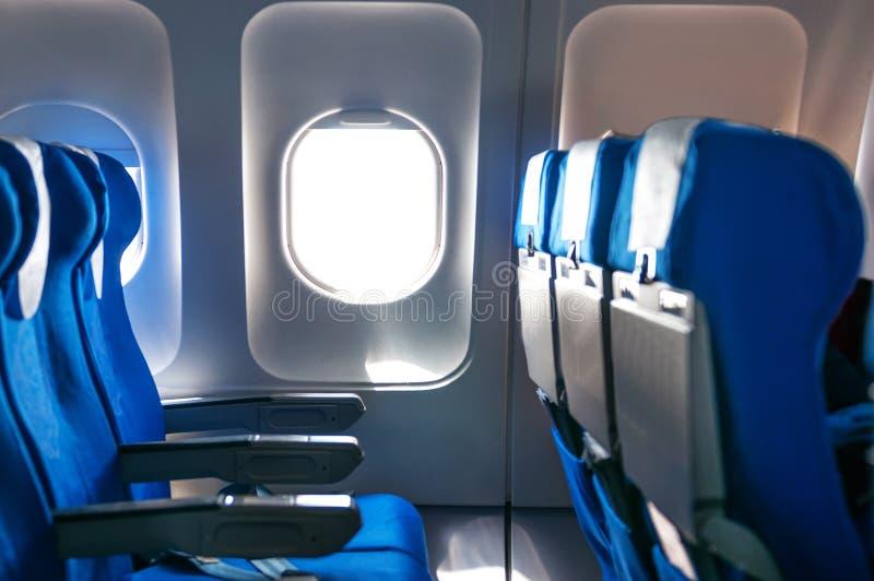 Assentos e janelas dos aviões fotografia de stock
