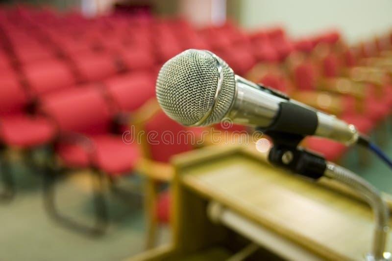 Assentos e microfone vermelhos imagens de stock