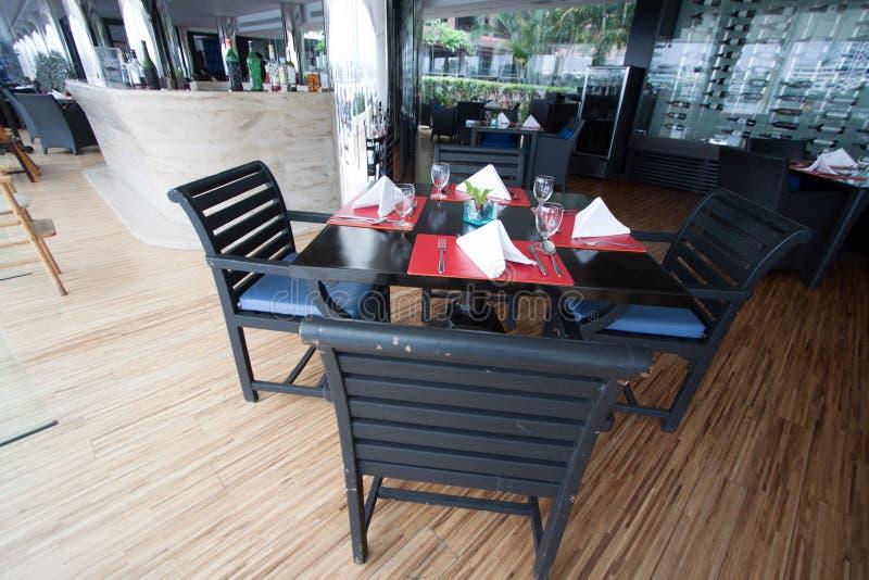 Assentos e tabelas do restaurante perto do rio, interior do restaurante foto de stock