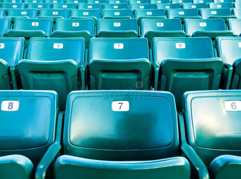 Assentos numerados verde de dobramento do estádio imagem de stock royalty free