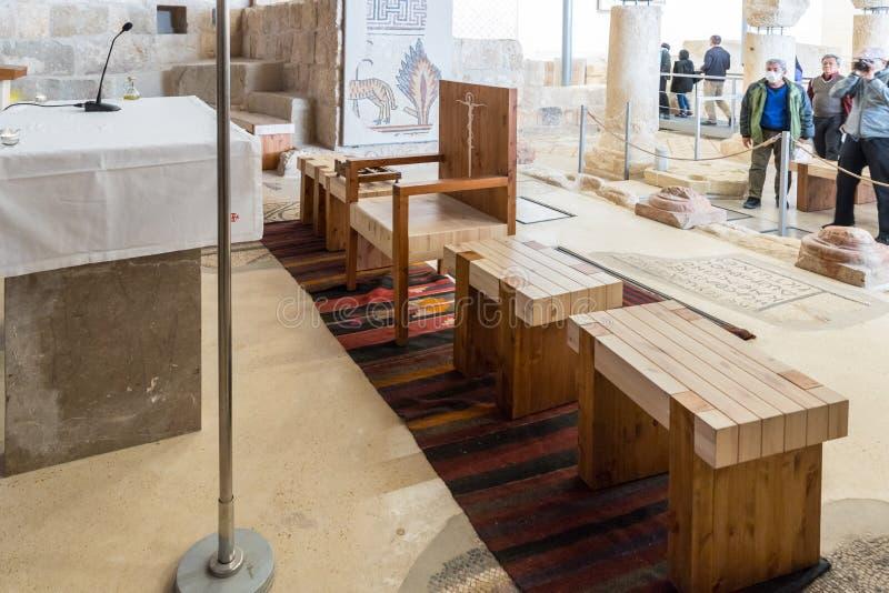 Assentos perto do altar no salão da oração da igreja memorável de Moses na montagem Nebo perto da cidade de Madaba em Jordânia fotos de stock