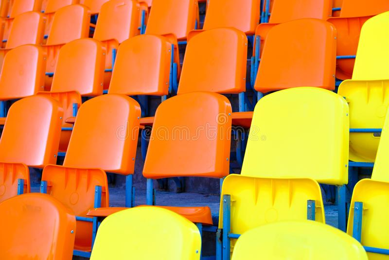 Assentos plásticos vazios brilhantes na plataforma dos esportes do estádio fotos de stock royalty free