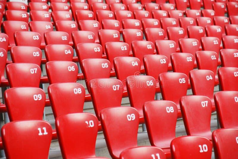 Download Assentos Plásticos Vermelhos No Estádio Foto de Stock - Imagem de linhas, arranje: 12800896