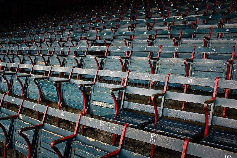 Assentos vazios gastos do estádio no parque do basebol imagens de stock