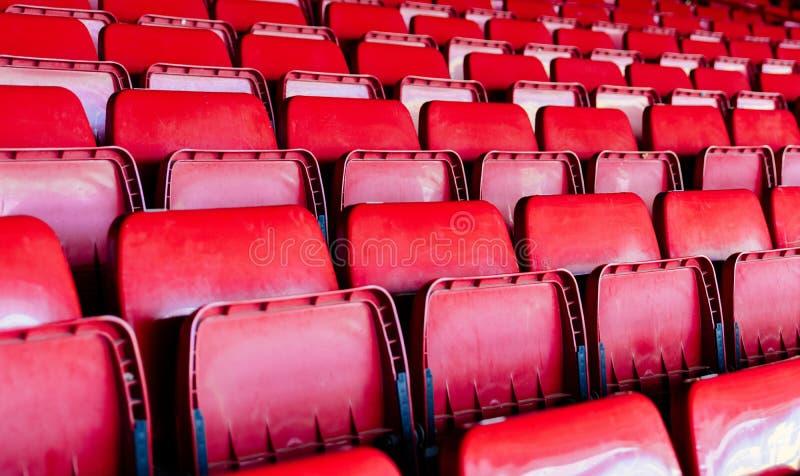 Assentos vazios plásticos vermelhos do estádio fotografia de stock
