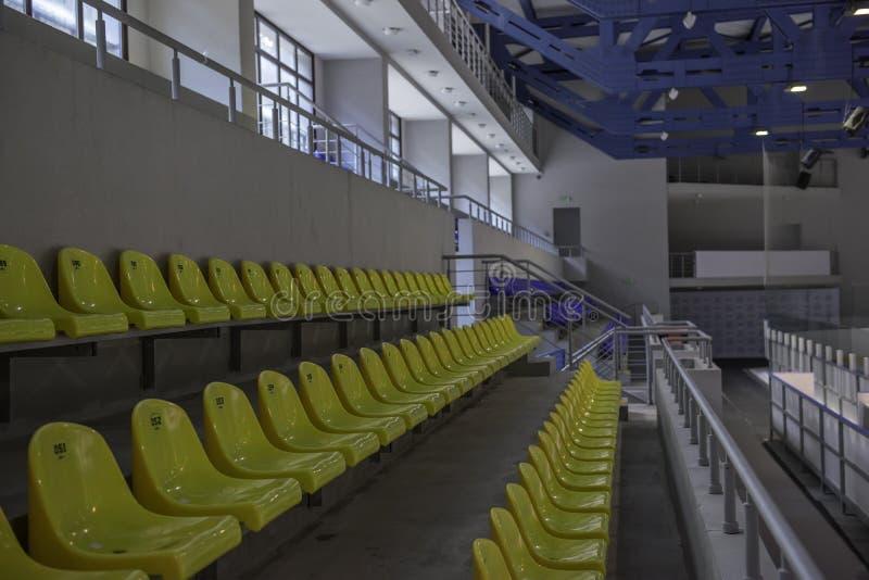 Assentos verdes do estádio imagens de stock