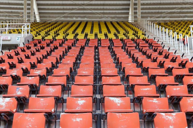 Assentos vermelhos e amarelos vazios no estádio imagem de stock