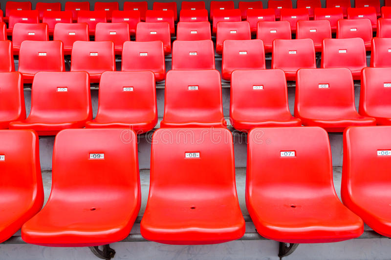 Assentos vermelhos no estádio fotografia de stock