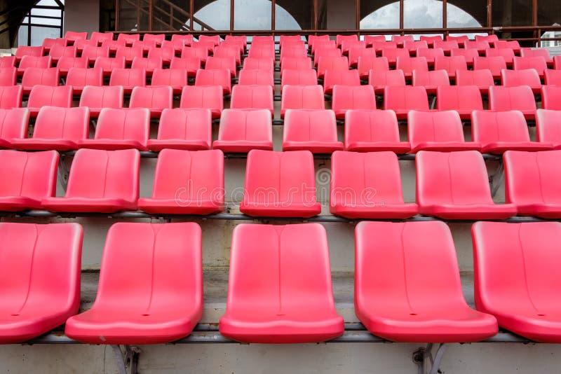 Assentos vermelhos no estádio de futebol fotos de stock royalty free