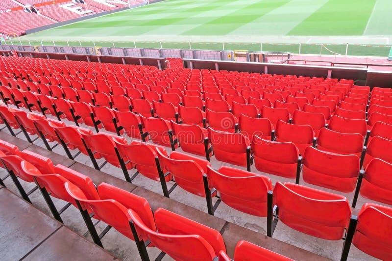 Assentos vermelhos no estádio de futebol foto de stock