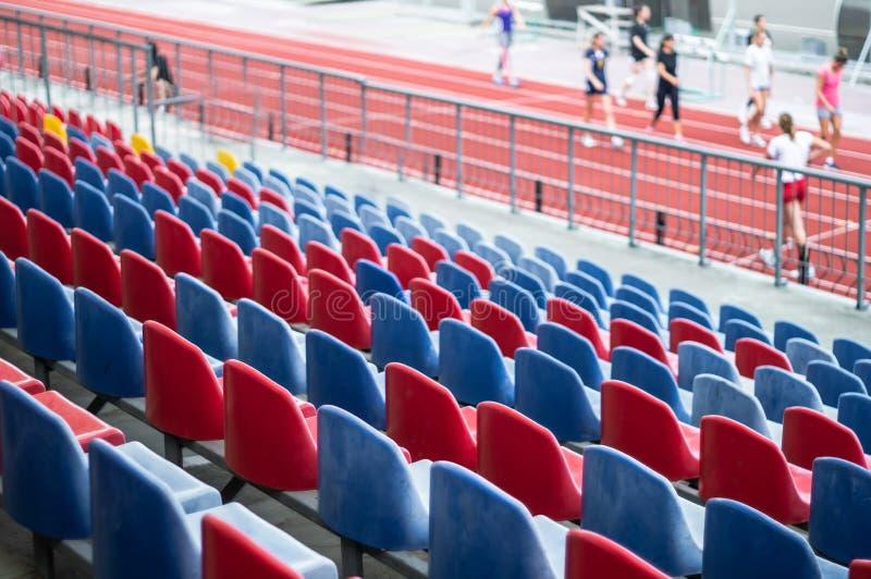 Assentos vermelhos no estádio Lugar vazio do estádio de futebol imagens de stock