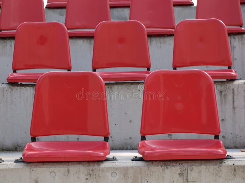 Assentos vermelhos vazios do bleacher imagens de stock royalty free