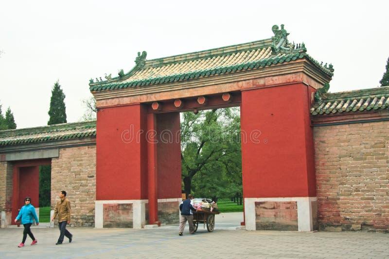 Assers-par et un travailleur à la porte au jardin impérial Rouge a image libre de droits