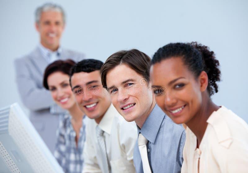 Assertief commercieel team met hun hogere manager stock fotografie