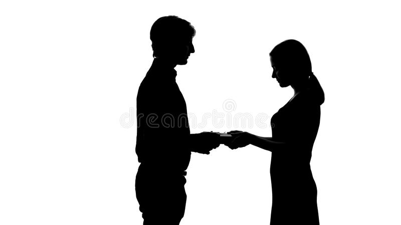 Assez dame recevant le présent de l'ami, relations romantiques, silhouette photos libres de droits