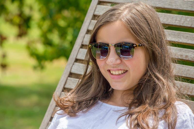Assez et souriant fille pré de l'adolescence avec des lunettes de soleil images libres de droits