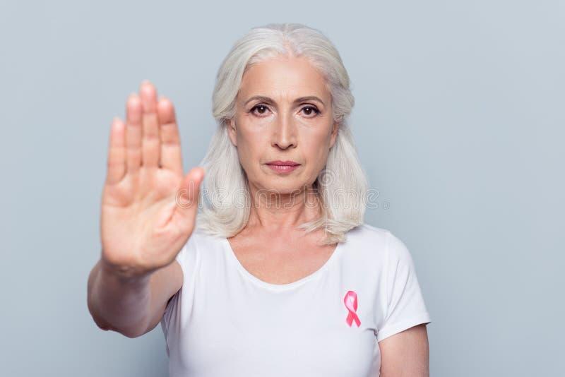 Assez, femme attirante et gentille avec le rose de conscience de cancer du sein image libre de droits