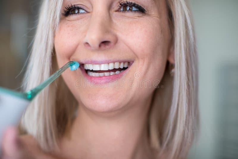 Assez, femme ?g?e moyenne se brossant les dents images libres de droits