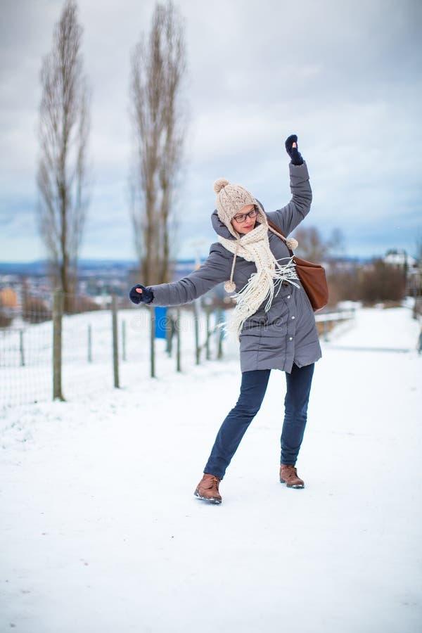 Assez, jeune femme ayant des problèmes marchant sur un glacial photos stock